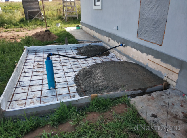 Заливаем мундамент бетоном из бетономешалки
